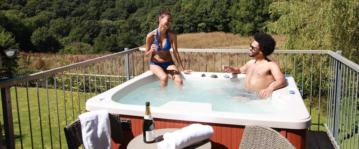 Kilminorth-Cottageshayloft-balcony-hottub-e1464800808626